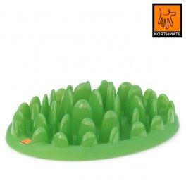 Green Northmate. Grøn. Aktivitetslegetøj og foderskål med spis-langsomt funktion integreret i elegant og naturinspireret design.